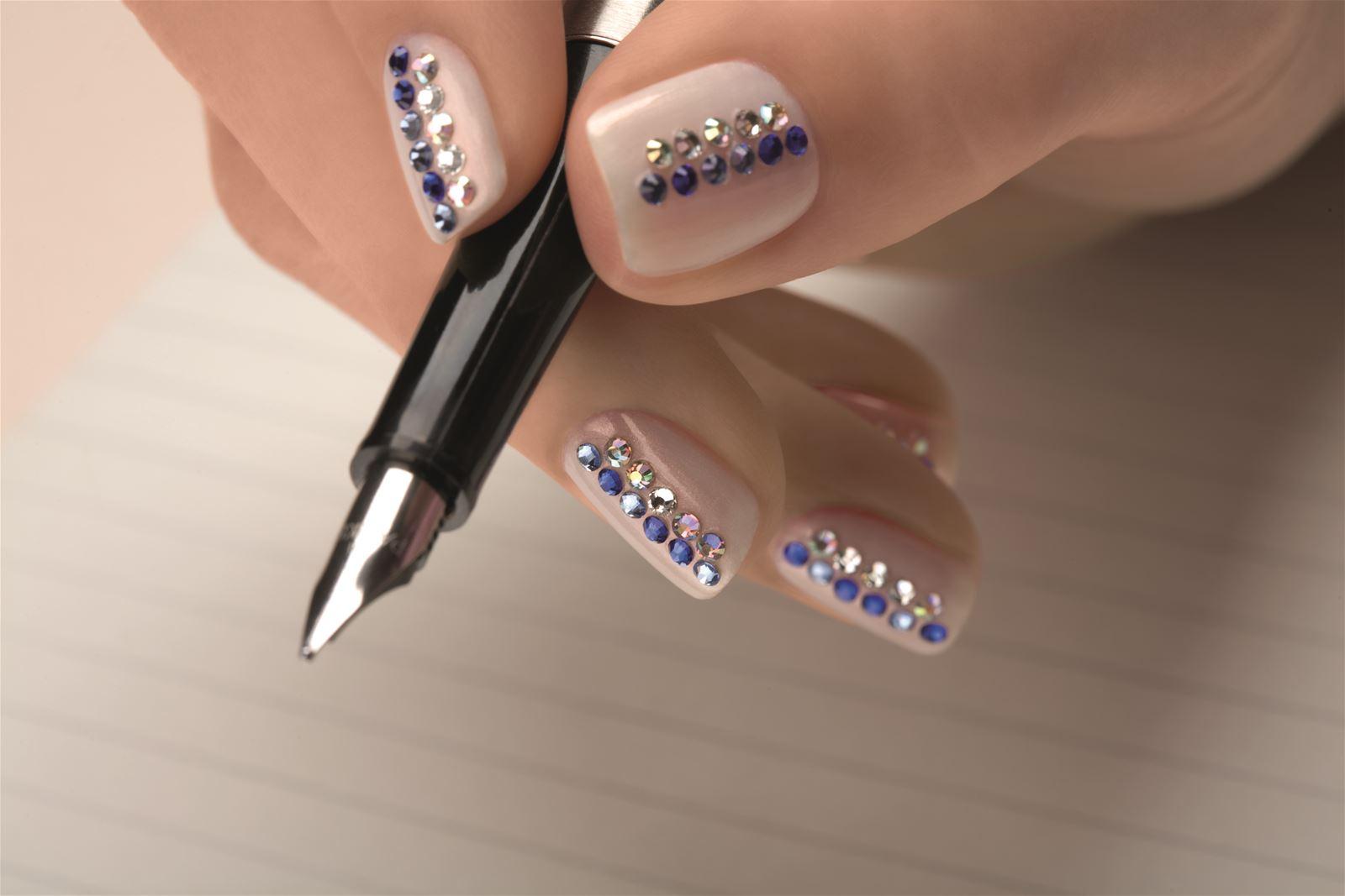 Маникюр фото дизайн на короткие ногти из страз