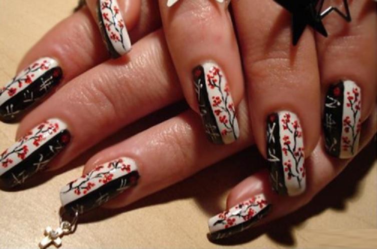 Нарощенные ногти с пирсингом