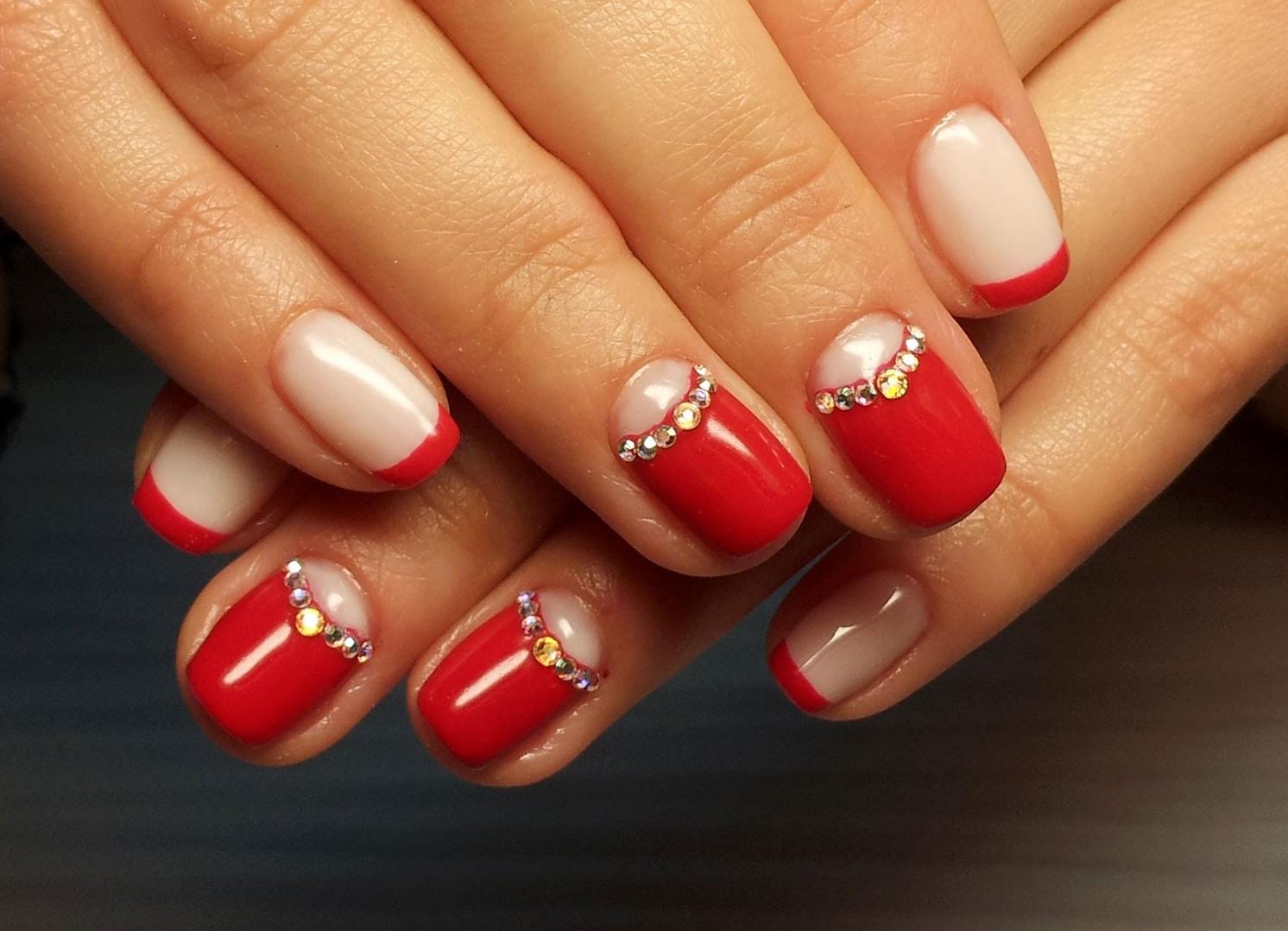 Красный френч на коротких ногтях со стразами фото