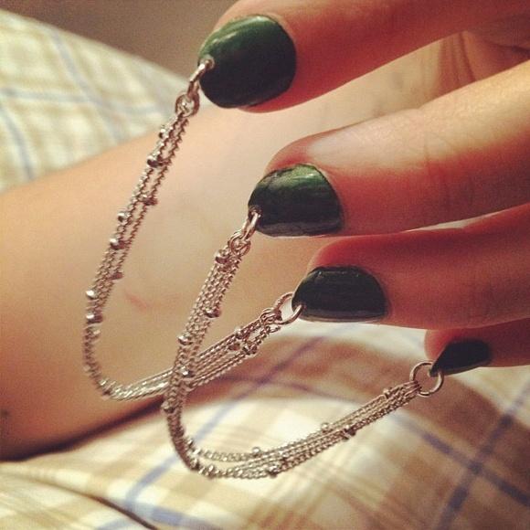 Как делается пирсинг на гелевых ногтях?