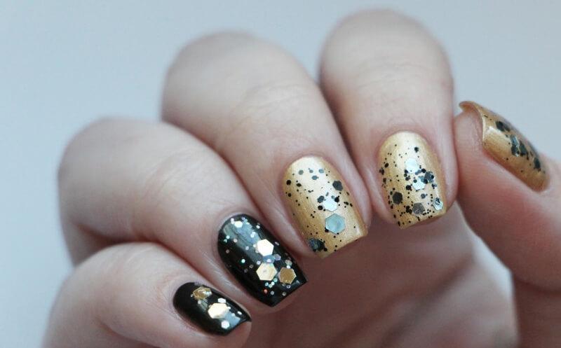 чёрный дизайн ногтей с золотой росписью