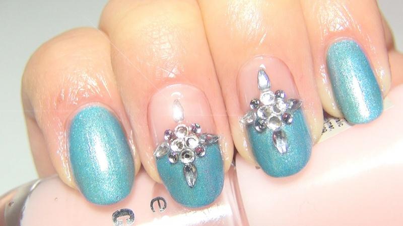 Снежинки на ногтях из страз фото