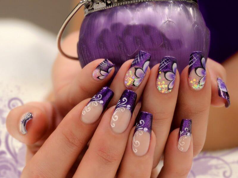 Праздничный фиолетовый маникюр
