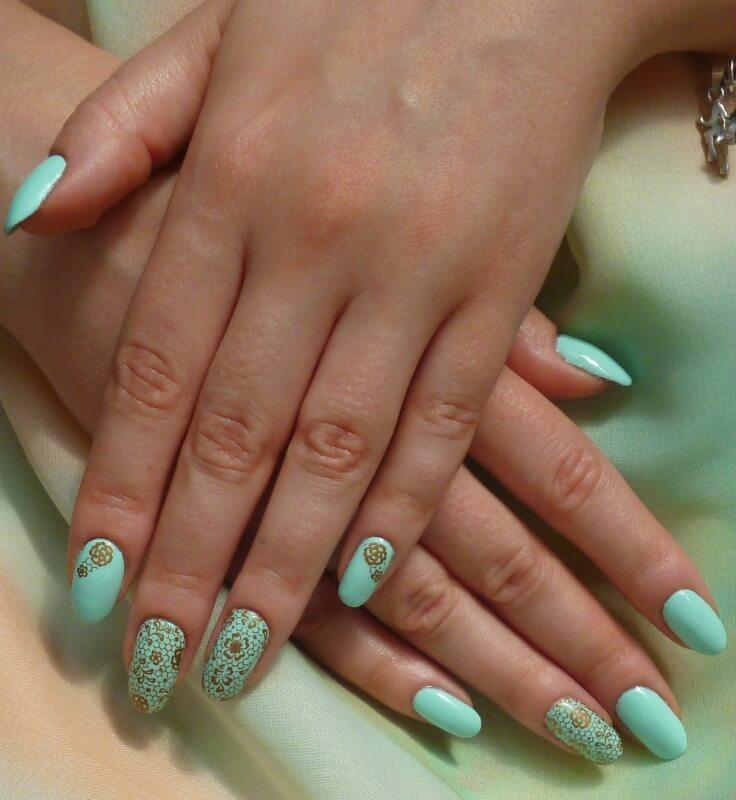 Бирюзовый дизайн ногтей с наклейками