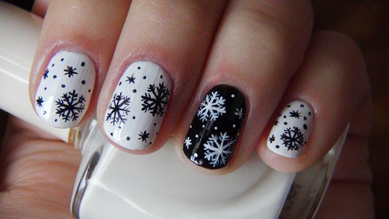 Снежинки, нарисованные кистью