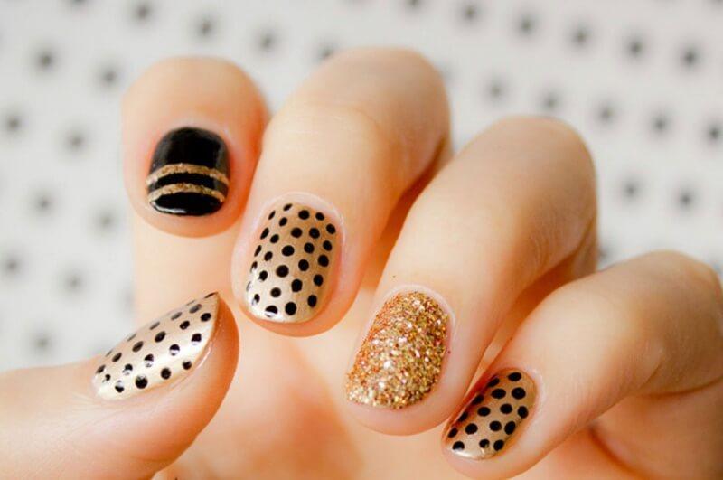 Чёрно-золотой маникюр на короткие ногти