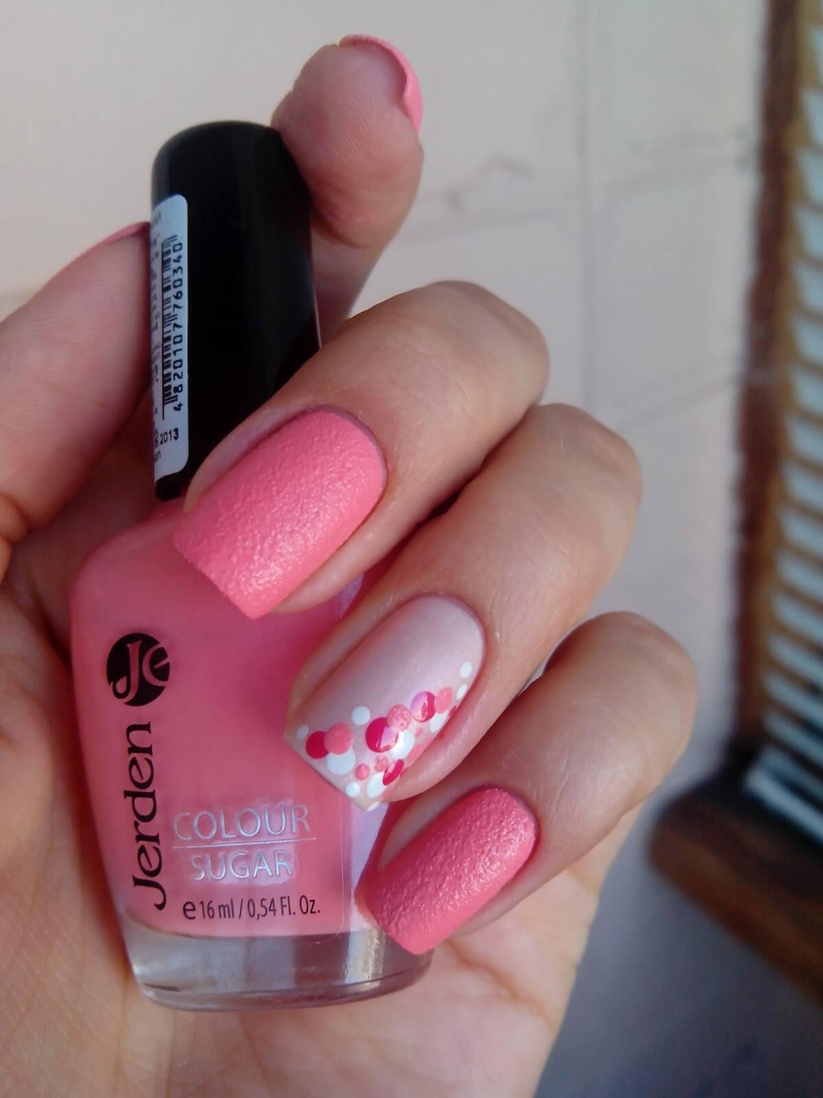 Серо розовый маникюр с наклейками